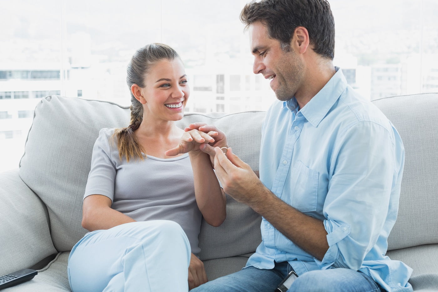 na którym palcu nosi się pierścioenk zaręczynowy?